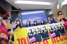 「東京女子流 2ndアルバム発表記者会見 with バニラビーンズ」の様子。
