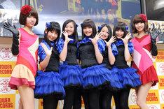 写真左からレナ、小西彩乃、山邊未夢、新井ひとみ、中江友梨、庄司芽生、リサ。