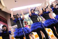 「眩暈 feat. バニラビーンズ」を披露する東京女子流とバニラビーンズ。