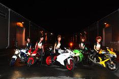 バイクにまたがる仮面ライダーGIRLS。(C)石森プロ・テレビ朝日・ADK・東映