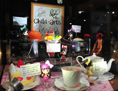 秋葉原「魂ネイションズ AKIBAショールーム」にはメンバーのメッセージやサインとともにchibi-artsが展示されている。