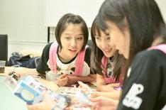 開発会議にはメンバー自ら参加した(写真左から玉井詩織、百田夏菜子、高城れに)。