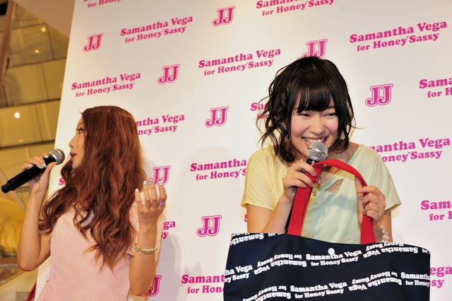 写真左から一木美里(秋元康×Samantha Thavasa×JJ おしゃP育成プロジェクト グランプリ)、指原莉乃。