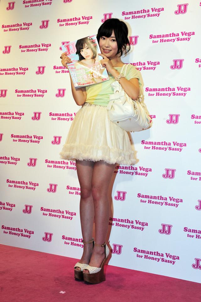 自身が表紙を飾るJJ 2012年4月号を手にする指原莉乃。