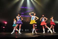 ツアー初日には新しい衣装も披露された。