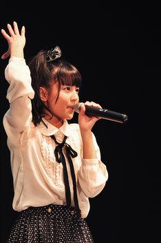生誕記念ソロコーナーで「夢見る 15歳」を歌った瑞季。