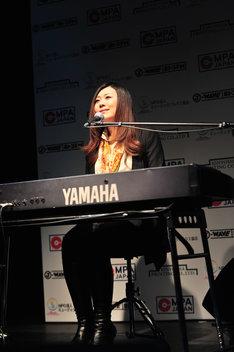 地方賞東北ブロック賞を受賞し、「雲の遥か」を歌う熊谷育美。