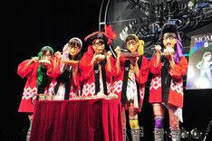 ライブ前にもかかわらず「きざみしょうが」「きざみにんにく」を使った料理をほおばる桃屋クローバーZ。