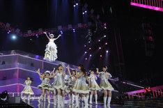 空中浮遊で観客を驚かせた篠田麻里子(写真上方)。 (C)AKS