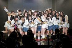 「手をつなぎながら」を歌唱するSKE48メンバー。