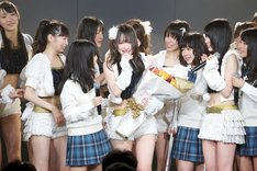 小野晴香(写真中央)を囲むSKE48メンバー。