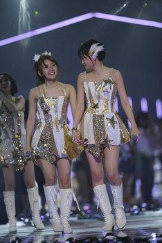 写真左から高橋みなみ、前田敦子。 (C)AKS