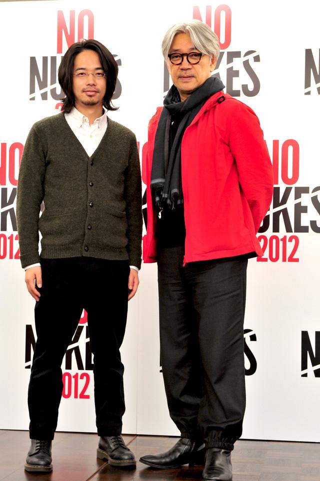 開催発表記者会見に登壇した坂本龍一(写真右)と後藤正文(左)。