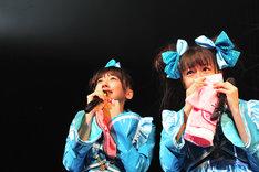 日本青年館ワンマン開催の知らせに涙を流して喜ぶ真山りか(写真左)と瑞季(右)の中4コンビ。