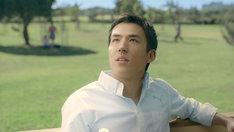 「キリン 大人のキリンレモン」新CM「キャプテン」編のワンシーン。緑あふれる公園で昔を思い出す長谷部選手。
