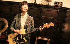 ピロカルピンの新曲「未知への憧憬」ビデオクリップより、松木智恵子(Vo, G)。