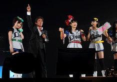ももクロファンをも魅了した松崎しげる(写真左から2番目)。ももクロの5人が着たユニフォーム風衣装は、胸のワッペンを取ると「Lions」の文字が。