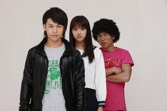 ドラマ「悪魔のドライブ」出演者。写真左から小澤亮太、竹富聖花、中尾明慶。