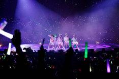 「猛烈宇宙交響曲・第七楽章『無限の愛』」ではメンバーの手首から緑のレーザービームが飛び出した。
