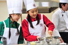 普段からよく料理をする有安杏果(写真左)と、野性のカンで調理に挑む百田夏菜子(右)のペア。
