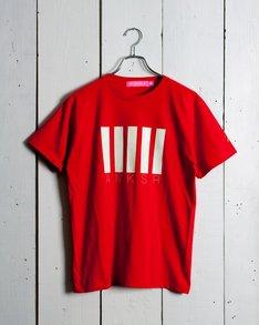 グラフィカルなデザインで「AMKSR」とメンバーのイニシャルが刻まれたももクロ×BEAMS Tコラボ第5弾Tシャツ。写真はリーダー百田夏菜子のイメージカラー、赤。