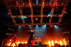 写真は4月28日のシンガポール公演の模様。