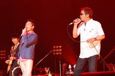 「ロックン・ロール・ショー」を歌う奥田民生(写真右)、トータス松本(中央)。