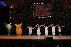 ピカチュウ、メロエッタが見守る中、新曲「みてみて☆こっちっち」をパフォーマンスするももいろクローバーZ。