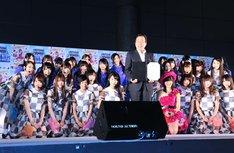 釘宮磐大分市長(写真中央)を囲みフォトセッションに臨む、指原莉乃と乃木坂46。