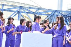 誕生祝いのサプライズに涙する永島聖羅(写真中央)。