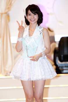1位のトロフィーを手にVサインする大島優子。