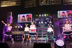 アンコールではニューシングル「Z女戦争」仕様の新衣装も披露された。(photo by hajime kamiiisaka)