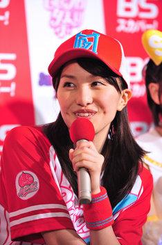 本日のヒロイン、百田夏菜子は記者会見でユニフォーム風の衣装を着用。