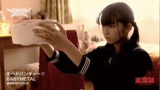"BABYMETAL「ヘドバンギャー!!」ビデオクリップのワンシーン。""伝説のコルセット""を手に持つ少女。"