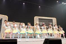写真は今年7月1日に行われた「私立恵比寿中学 ファーストコンサート『じゃあ・ベストテン』」の様子。