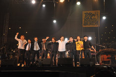 アンコール終了後、メンバー9人は肩を組んでオーディエンスに挨拶(Photo by 野田雅之)。