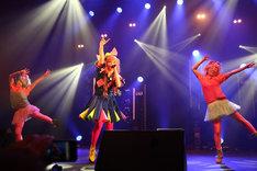 「JAPAN EXPO 2012」でのきゃりーぱみゅぱみゅのライブの模様。