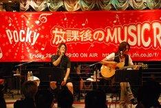 南三陸町でライブを行うTERU(写真左)とTAKURO(写真右)。