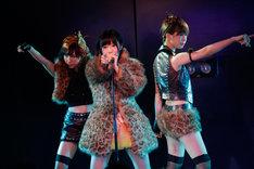 片山陽加(写真左)、大家志津香(右)とともに「愛しきナターシャ」を披露する指原莉乃。 (C)AKS