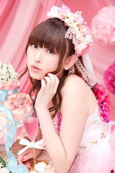 8月15日にはニューシングル「微笑みのプルマージュ」を発表する田村ゆかり。