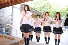乃木神社にお参りする乃木坂46メンバーたち。