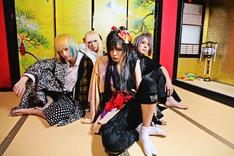 DISACODEは、8月1日に初のフルアルバム「龍の髭を蟻が狙う」をリリースする。新條まゆと対談したAKIRAは、写真右から2番目。