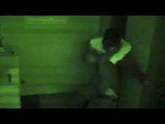 写真は鵜飼孝治(Dr)がゾンビに襲われた際の様子。