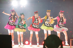 360度を囲むファンの笑顔に全力のパフォーマンスで応えたももいろクローバーZ。(photo by hajime kamiiisaka)