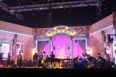 「FNSうたの夏まつり」のパフォーマンスは、アリーナに設置された2つのステージを駆使して展開される。写真はAステージのセット。