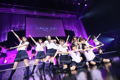 「オーマイガー!」を披露する乃木坂46(写真はZepp Namba公演より)。