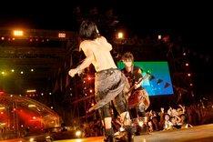 センターステージで暴れるHYDEとK.A.Z。(撮影:田中和子)