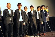 「THE SONG」公開初日舞台あいさつに登壇したUVERworldと中村哲平監督(写真左)。