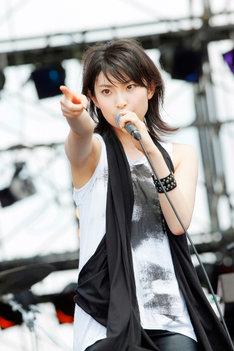 「SETSTOCK'12 10th Anniversary in Bihoku」にてライブを披露する家入レオ。