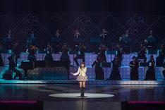 「桜の花びら」を歌う前田敦子(写真は8月26日公演より)。 (C)AKS